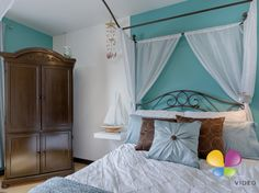 Real estate on pinterest salons luxury dining room and for Chambre blanche et turquoise