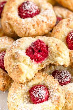 Serowe ciasteczka oczka z malinami (5 składników) Sweet Recipes, Cake Recipes, Bakers Gonna Bake, Homemade Sweets, Christmas Appetizers, Doughnut, Cheesecake, Food And Drink, Cooking Recipes