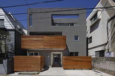目黒区鷹番の賃貸併用住宅の作品事例です。鉄筋コンクリートRC造の3階建てで、庭やルーフバルコニーのウッドデッキやインテリアにもこだわった賃貸併用デザイン住宅です。 Exterior Design, Garage Doors, House Design, Architecture, Outdoor Decor, Home Decor, Arquitetura, Decoration Home, Room Decor