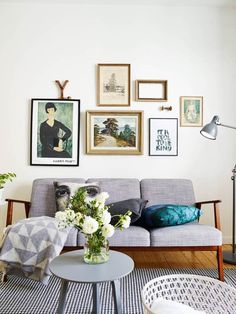 Small areas of the day: a simply decorated studio flat. I like the collection of pictures