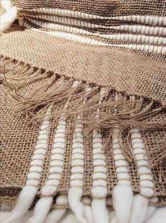 Weaving Loom Diy, Hand Weaving, Burlap Crafts, Burlap Projects, Burlap Table Runners, Weaving Projects, Diy Décoration, Tapestry Weaving, Weaving Techniques