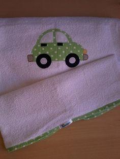 Toalha de banho em felpa branca com capuz, forro em tecido fralda, viés e patch apliquée em tecido 100% algodão. *medida do capuz 20 cm R$39,90