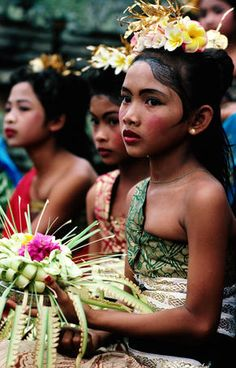 Ubud, Indonesia: Girls dressed in traditional costume at school carnival