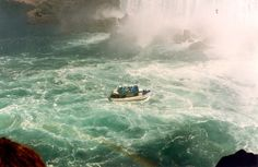 Boottocht onder de Niagara watervallen.Canada