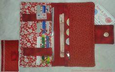 Carteira em tecido 100% algodão. Forrada com manta acrilica. Com 6 bolsos para cartao 2 bolsos para notas/documentos 1 bolso com ziper Medida fechada de 21cm de altura x 12cm de comprimento.