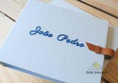 Personalizado com bordado manual. Álbum de fotografias para guardar as melhores e mais belas lembranças. ⠀⠀ Orçamentos pelo email ola@ateliefofurices.com.br⠀⠀ .⠀⠀ #ateliefofurices #album #fotografia #photo #photography #fotografo #personalizado #encadernacao #bookbinding #albumdefotografia #feitoamao #handmade #artesanal #artesanato #bordado #embroidery #bordadolivre #embroideryarte #bebe #crianca #maternidade #mamae #mae #exclusivo #unico #semprecirculo #handembroidery #process #bordadoamao…
