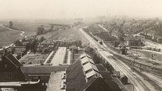 Blik op  Links Langeberg nog niet gebouwd en rechts Karel Doormanstraat en het Bodemplein met de mijnwinkel, en de Haansberg helemaal rechts. En in het midden het spoor van de Hendrik. Midden bven het grote gebouw is de Haansberg school. Jaartal 1922