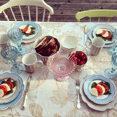 #lisbethdahl #serviisid #lauanõud #stripie #homedream.ee #homedream #romantika #suvi #taldrikud