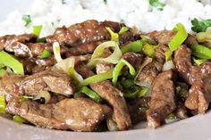Vepřová játra pokrájená na nudličky, obalená ve škrobové moučce, zprudka opečená na pánvi, pak chvíli podušená, mírně podlitá vodou, spolu s pórkem a kořením. No Salt Recipes, Cooking Recipes, China Food, Food Art, Food And Drink, Beef, Kitchen, Recipes, Asia
