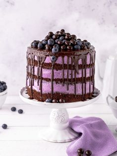 Blaubeer Schoko Layer Cake Rezept Torte Drip Cake backen Schokolade Blaubeere He… - Birthday Cupcake Ideen Homemade Cake Recipes, Delicious Cake Recipes, Yummy Cakes, Easy Cake Decorating, Cake Decorating Tutorials, Blueberry Chocolate, Baking Chocolate, Cake Hacks, Gourmet Cakes