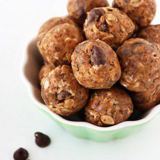These no-bake Peanut Butter Chocolate Energy Bites are amazingly simple with just a few wholesome ingredients for a perfectly sweet on-the-go snack! Peanut Butter Energy Bites, Healthy Peanut Butter, Healthy Baking, Healthy Treats, Peanut Recipes, Sweet Recipes, Snack Recipes, Healthy Recipes, Healthy Foods