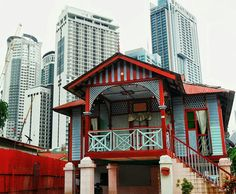 When modern living is engulfing the city, the owners in Kampong Bharu refuse to give up their land even after soaring property prices. This traditional Malay house stands tall against the skyscrapers. It belongs to a local school teacher, and is now home to the third generation of the family.⠀