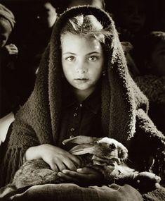 La petite fille au lapin   Jean Dieuzaide
