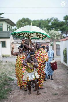 Groom on route to the traditional Ghanaian knocking ceremony African Life, African Women, African Style, African Beauty, African Art, Ghana Culture, African Culture, Culture Club, Ghana Style