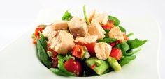 Over de salade van zalm op een bedje van spinazie  Deze salade van zalm op een bedje van spinazie is een heerlijke lauwwarme salade. De smaken spreken compleet voor zichzelf. Geen overdreven dressing, alleen het sap van een limoen en een beetje peper en zout.    Van de spinazie heb je maar 100 gram nodig. Kijk even bewust