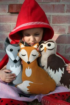 diy felt Forest animals crafts in the arm of boy - owl and Sleepy Golden Fox with Pine Cone, gift ideas Sewing Toys, Sewing Crafts, Sewing Projects, Woodland Creatures, Woodland Animals, Softies, Plushies, Diy Y Manualidades, Forest Friends
