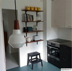 Hyllyt, lamppu, eteisen lattia, mustat alakaapit, lankavetimet.