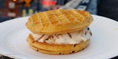 Vemale.com - Membuat wafel sandwich isi es krim bisa sangat mudah dan rasanya enak.