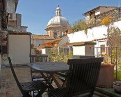 Wie wäre es mit einem Frühstück mit Croissants, Cappuccino und Ciabatta bei diesem Ausblick? Die Ferienwohnung liegt in Rom und kann bei Interhome gemietet werden.