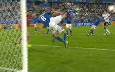 Świetna obrona podczas meczu Niemcy Włochy • Alessandro Florenzi popisał się niesamowitą obroną na Euro 2016 • Wejdź i zobacz film >> #football #soccer #sports #pilkanozna