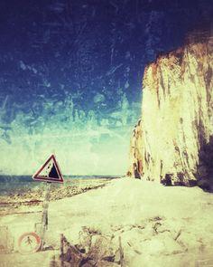 cladelcroix:  Attention chute de pierres ! #cliff #sea #ocean...