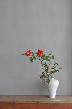 Ikebana by Mario HIRAMA, Japan, made even more dramatic by the white Meiping vase.