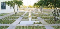 Der Entwurf entwickelt sich aus dem Kontext historischer und moderner Bezüge, welche dem Ort seine Identität zurückbringt. Der Museumsgarten vermittelt die Atmosphäre eines duftenden Gartens, im Gegensatz zur hektischen und lauten Geschäftigkeit der Innenstadt. Die vorgenommene klare Abgrenzung zum Straßenraum fasst den gebäuderückseitigen Parterregarten in seiner neuen Gestalt.  Die 1800 m² große Fläche gliedert sich in ein Raster aus Kiesflächen und Pflanzbeeten aus Bodendeckern, welches d... Architecture Courtyard, Landscape Architecture, Landscape Design, Grass Pavers, Eco Garden, Pond, Sidewalk, Public, Image