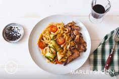 Tagliatelle mit Zucchinistreifen, Tomaten und karamellisierten Austernpilzen ‹ Hello Healthy