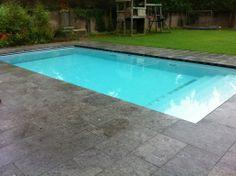 zwembad in tuin trap over de gehele breedte