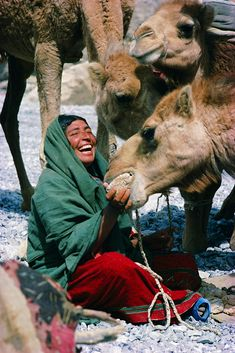 Baluch nomad woman with camels Pakistan Asia Smiling People, Happy People, Love Your Smile, Make You Smile, We Are The World, People Around The World, World Cultures, Afghanistan, First World