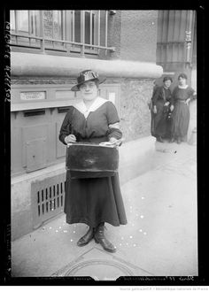 Paris, 10e arrondissement, une femme facteur, le 1er juin 1917 : [photographie de presse] / [Agence Rol] | Gallica