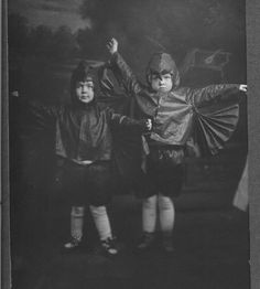 Jane and Mary Alice Cunningham approx posing in halloween costumes. Retro Halloween, Halloween Fotos, Vintage Halloween Photos, Creepy Halloween, Holidays Halloween, Halloween Costumes For Kids, Vintage Photos, Kid Costumes, Haunted Halloween