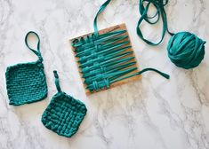 Sewing Hacks, Sewing Crafts, Potholder Loom, Tshirt Garn, Diy And Crafts, Arts And Crafts, Wool Art, Creation Couture, Weaving Projects