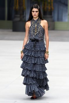 See all the looks from the Chanel Resort 2020 show in Paris, the first one designed by Virginie Viard, who succeeded Karl Lagerfeld. Chanel Resort, Chanel Cruise, Poppy Delevingne, Chanel Black, Chanel Chanel, Couture Details, Victoria Dress, Fashion News, Fashion Trends
