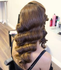 long hair The finger waves are defined S shaped waves that are often worn flat against the head. The style first popped up in the as a way to spice up the strict bob of fun-loving flap Gatsby Hairstyles For Long Hair, My Hairstyle, Prom Hairstyles, Wave Hairstyles, Braided Hairstyles, Finger Wave Hairstyle, Trendy Hairstyles, Finger Curls, Hairstyles Videos