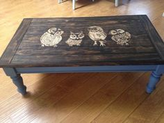 mesa sombreada manchada de corujas
