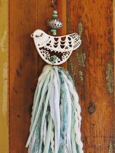 Borla de pajarito calado Diy Crafts Love, Diy Crafts Crochet, How To Make Tassels, Crochet Mobile, Romantic Shabby Chic, Fabric Garland, Wine Cork Crafts, Easy Art Projects, Diy Christmas Gifts