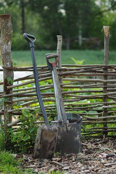 Spadar vid hasselstaketet Front Garden Landscape, Garden Landscaping, Herb Farm, Farmhouse Garden, Australian Garden, Garden Sofa, Forest Garden, Contemporary Garden, Garden Gates