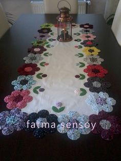 new Ideas for sewing projects small table runners Table Runner And Placemats, Quilted Table Runners, Quilting Projects, Sewing Projects, Fabric Crafts, Sewing Crafts, Quilt Patterns, Sewing Patterns, Yo Yo Quilt