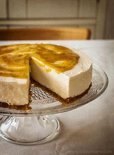Tarta de queso sin horno, con mascarpone /      100 g de bizcochos de soletilla o sobaos .    100 g de almendrados.     75 g de mantequilla derretida.  Relleno de queso:      400 g de queso crema.     300 g de queso mascarpone.     200 g de azúcar glas (o 100 g de tagatosa *).     1 cdta. de extracto de vainilla.    5 g de gelatina neutra.     70 ml de agua.  Salsa de cobertura:     10 ciruelas claudias.     Azúcar o endulzante al gusto.     1 chorrito de agua.