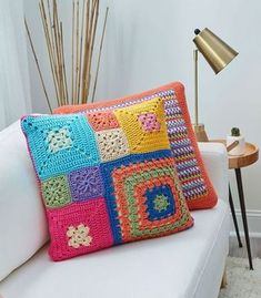 These colorful pillow patterns look amazing although they are easy pattern stitches that beginner crocheters can do. We've included patch pillow and stripe pillow options. Crochet Cushion Pattern, Crochet Cushion Cover, Crochet Cushions, Crochet Patterns, Blanket Patterns, Cushion Covers, Pillow Covers, Crochet Home, Crochet Crafts