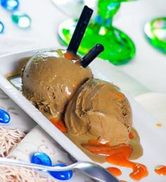 This delicious and unusual Mexican dessert recipe combines homemade licorice ice cream with cajeta, which is a Mexican caramel. Homemade Liquorice, Ice Cream Drop, Frozen Popsicles, Gourmet Ice Cream, Mexican Dessert Recipes, Crock Pot Desserts, Recipe Sites, Crockpot Recipes, Good Food