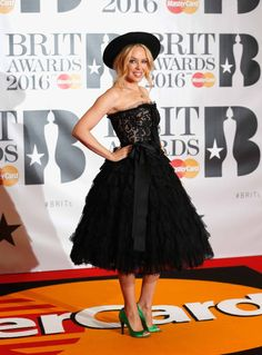 Pin for Later: Die Superstars strahlen auf dem roten Teppich der BRIT Awards in London Kylie Minogue