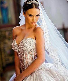 """""""Si te gustó este vestido, sígueme en mi otra cuenta @sonvestidos @sonvestidos la cuenta con los vestidos más espectaculares que hayan visto en la vida…"""""""