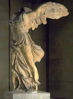 De Nike van Samothrace. Dit  waanzinnig mooi beeld heeft altijd een enorme aantrekkingskracht op mij gehad. Waarom? Waarschijnlijk omdat haar vleugels zijn gered, maar haar hoofd en armen helaas niet.