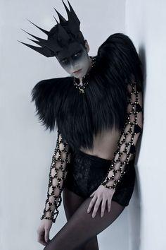 Alexander McQueen - That headdress Dark Fashion, Fashion Art, Fashion Design, Gothic High Fashion, Macabre Fashion, Trendy Fashion, High End Fashion, Latest Fashion, Fashion Week
