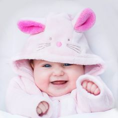16 Things Babies Do to Mess With Their Moms Cute Baby Girl Photos, Cute Little Baby Girl, Cute Kids Pics, Baby Boy Pictures, Baby Images, Cute Babies Pics, Cute Baby Girl Wallpaper, Cute Baby Quotes, Baby Lernen