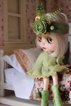 Blythe by holly Cute Baby Dolls, Different Shades Of Green, Creepy Dolls, Cute Hats, Cute Creatures, Custom Dolls, Doll Face, Miniature Dolls, Blythe Dolls