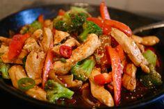 I helgen provlagade vi en ny kycklingrätt, och gillar ni thaimat så tycker jag att ni ska prova. Vi kärnade ur chilin så den inte vart så stark, hettan sitter i kärnhuset och dess väggar. Till 4 personer: matolja 600 gram kycklingfile 2 msk ljus soja 3 stycken steklök ( … Läs mer