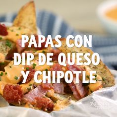 Papas con dip de queso y chipotle Healthy Dinner Recipes, Mexican Food Recipes, New Recipes, Snack Recipes, Cooking Recipes, Snacks, Skillet Recipes, Gluten Free Puff Pastry, Easy Cooking